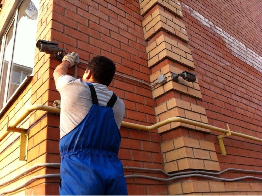 нам мастер монтажа видеонаблюдения устанавливает камеру