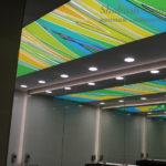 Встроенные светильники на потолке в санузле.