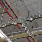Лотки перфорированные крестообразным соединением с установленными распаячными коробками под электрику на лодке.