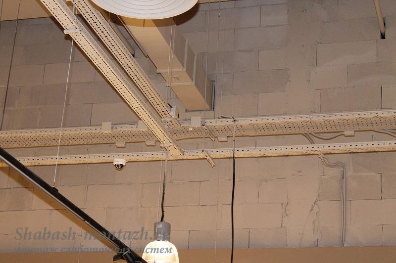 Соединяются два крашеных перфорированных лотка с помощью шпилек + установленная купольная камера на лодке.