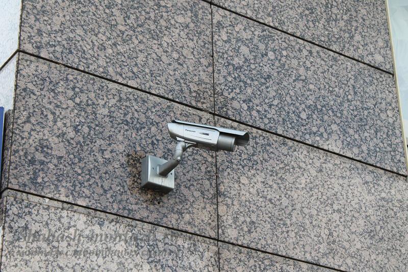 Установленная уличная видеокамера на фасаде здания.