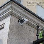 Установленная уличная видеокамера на столбе.