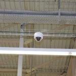 Проложенная и установленная купальная видеокамера на проволочном лотке.