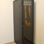 Установленный шкаф с патч-панелями